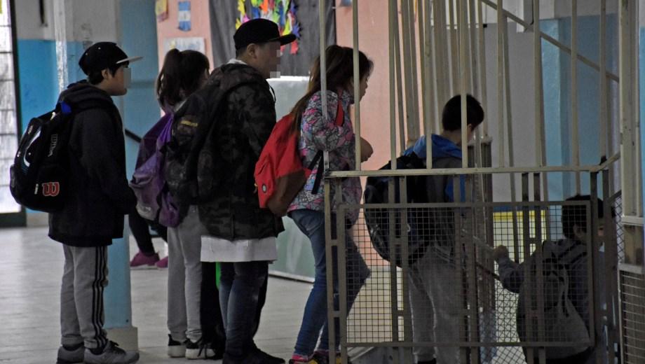 Barandas mal soldadas son uno de los peligros en la escuela donde una niña terminó fracturada porque se le cayó encima un portón. (Archivo Florencia Salto).-
