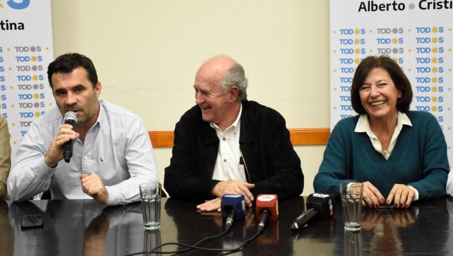 Darío Martínez brindó anoche una conferencia de prensa junto a Oscar Parrilli y Silvia Sapag. (Foto: Florencia Salto)