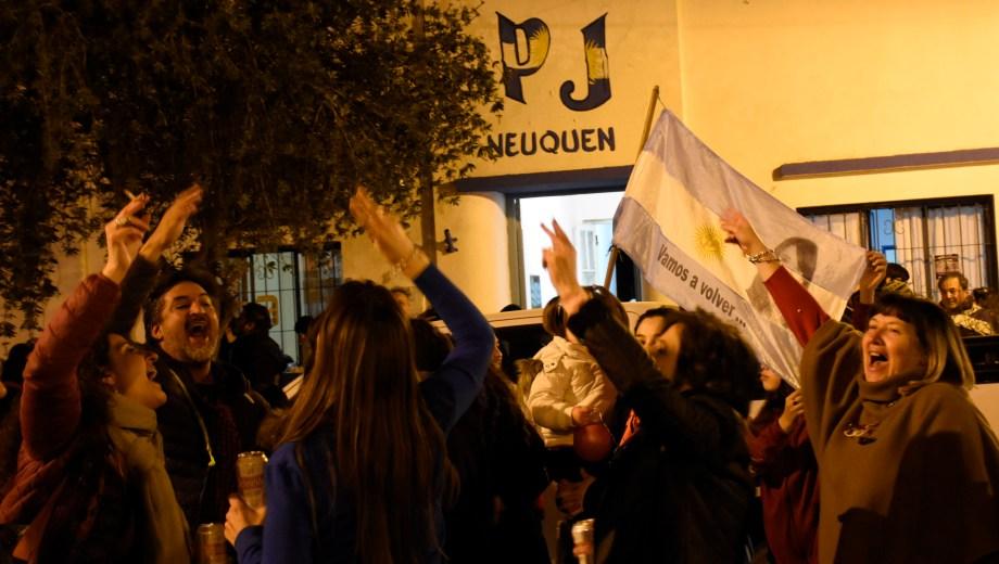 El peronismo local festejó en la sede partidaria cuando se difundieron los resultados oficiales. Foto: Florencia Salto