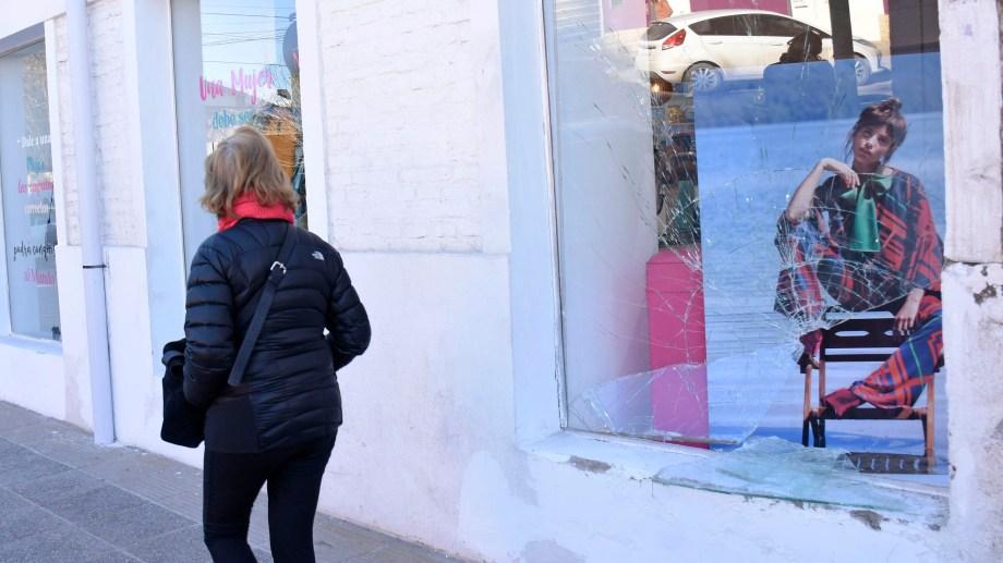 Esta madrugada rompieron el blindex de una tienda de ropa femenina. (Foto: Florencia Salto.-)