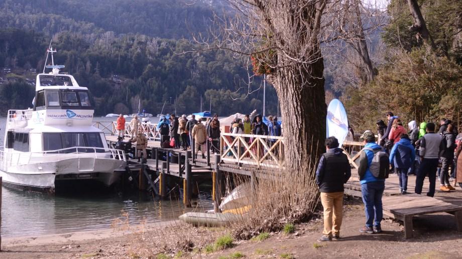 Una manera distinta de llegar a Villa la Angostura, por el lago Nahuel Huapi. (Foto: Alfredo Leiva)