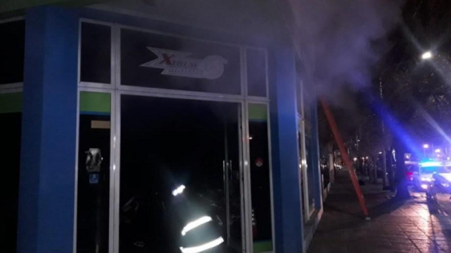 Los bomberos trabajaron en el local durante más de una hora. (foto: gentileza Todo Roca)
