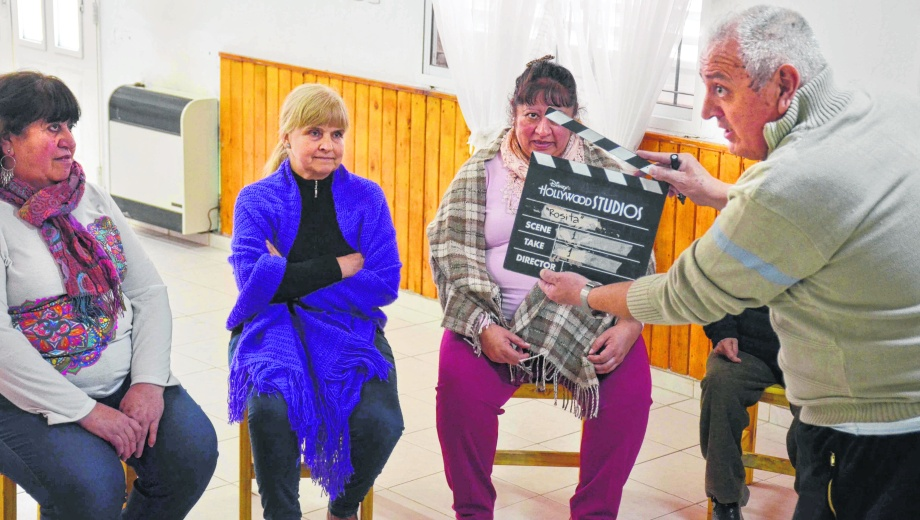 Las protagonistas del corto que se filmó ayer y que se sumará a las propuestas de las otras 15 comisiones vecinales.  Foto: Yamil Regules.