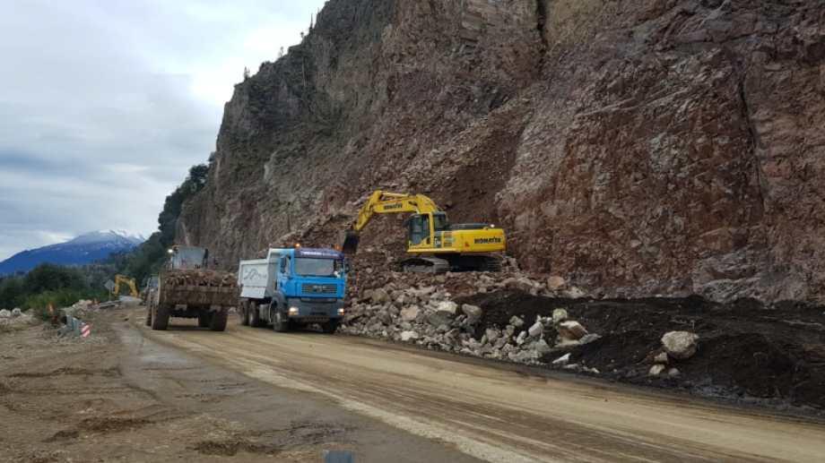 Desde el domingo las máquinas no paran de retirar piedras para habilitar un carril de la ruta. (Gentileza)