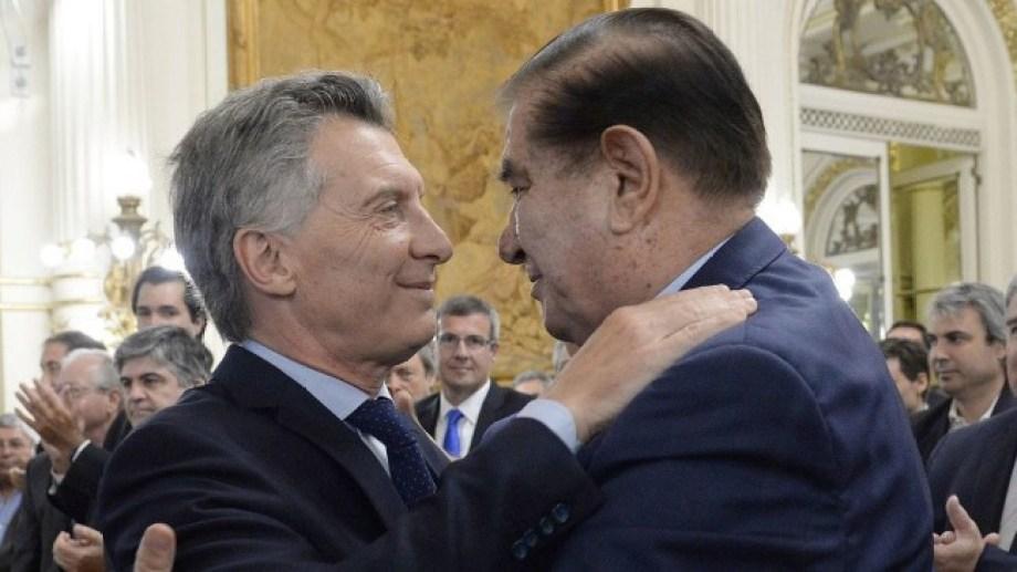 La foto habla de otros tiempos, ahora Pereyra busca frenar una de las medidas que anunció Macri después de la derrota en las PASO. (Archivo).-