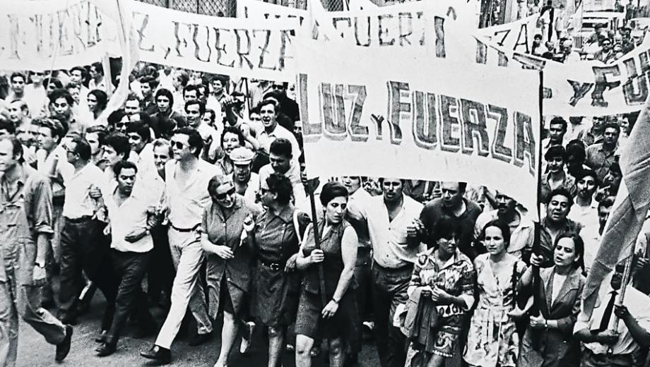 Agustín Tosco con delegadas de Luz y Fuerza. La foto ilustra la tapa del libro de Fulchieri.