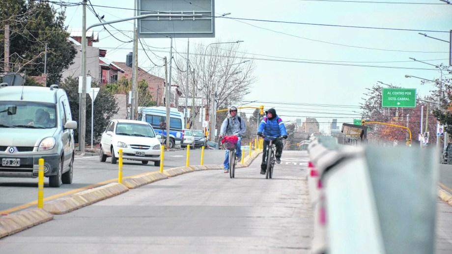Prohibido circular. Las bicicletas irán por una senda especial.