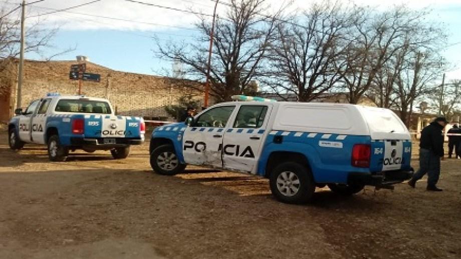 La policía encontró el cuerpo tendido frente a la Escuela 307. (Foto: Gentileza.-)