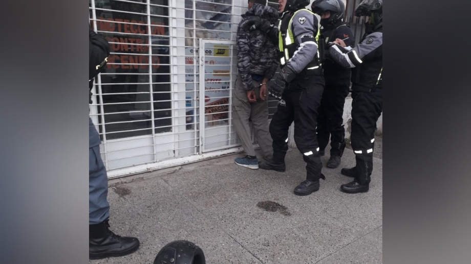 La policía detuvo a los dos sospechosos. (Foto: Gentileza.-)