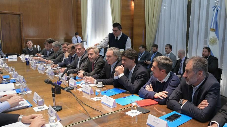 En el encuentro de ayer estuvieron los ministros del Interior y el flamante jefe de la cartera de Hacienda.