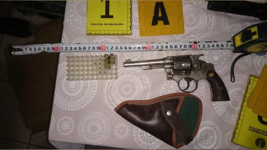 La policía secuestró un revólver, una picana, un auto y ropa. (Foto: Gentileza Departamento de Prensa de la Policía.-)