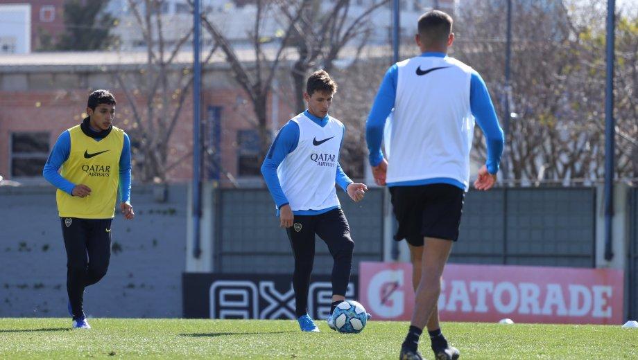 El delantero, ex Unión, llegó tras la salida de Benedetto y el domingo tendrá su estreno oficial. (Foto: @BocaJrsOficial)