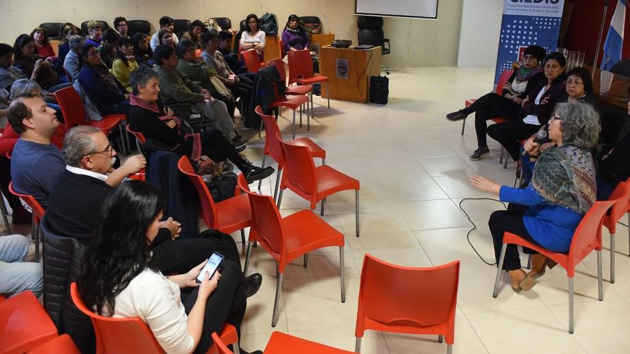 Un grupo de personas y representantes de asociaciones comunitarias debatieron sobre la situación del Archivo Histórico. Foto: Mauricio Martin.