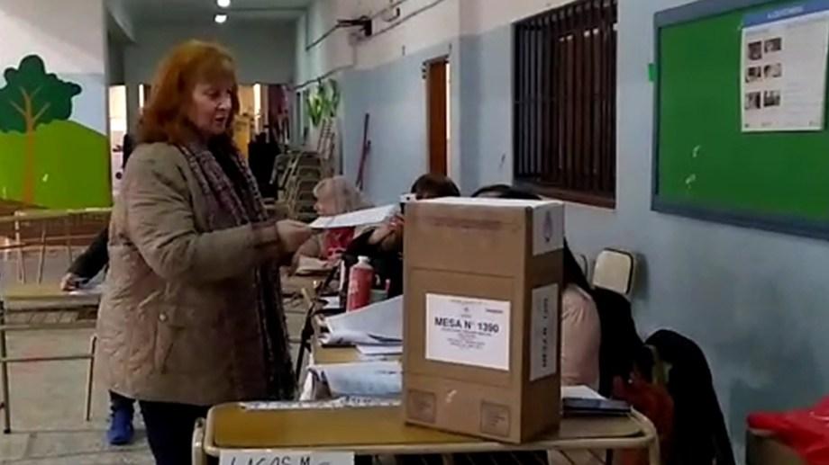 La candidata del Frente de Todos, Graciela Landriscini votó en el Colegio Brentana, en Cipolletti (Foto: Ag Cipolletti)