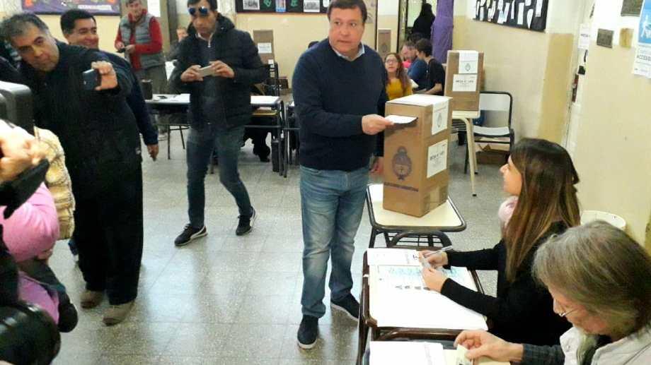 El gobernador Alberto Weretilneck votó en Cipolletti (Foto: Mauro Pérez)