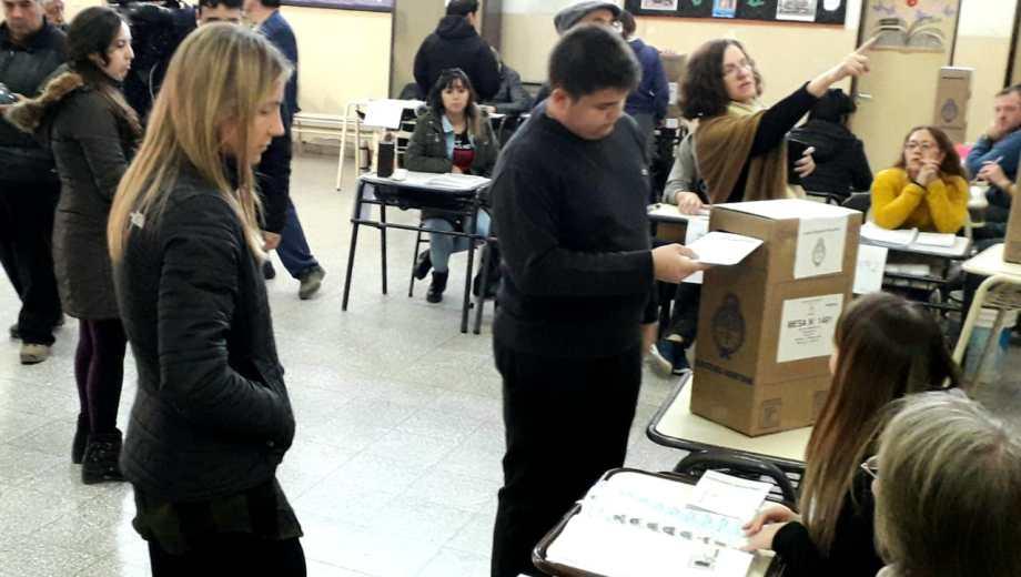 Santiago, el hijo de Alberto Weretilneck volvió a votar con su padre. (Foto: Mauro Pérez)