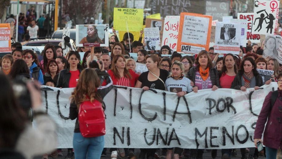 ¡Cielo López presente! era la consigna que se cantó en la masiva marcha de Plottier. Foto Oscar Livera