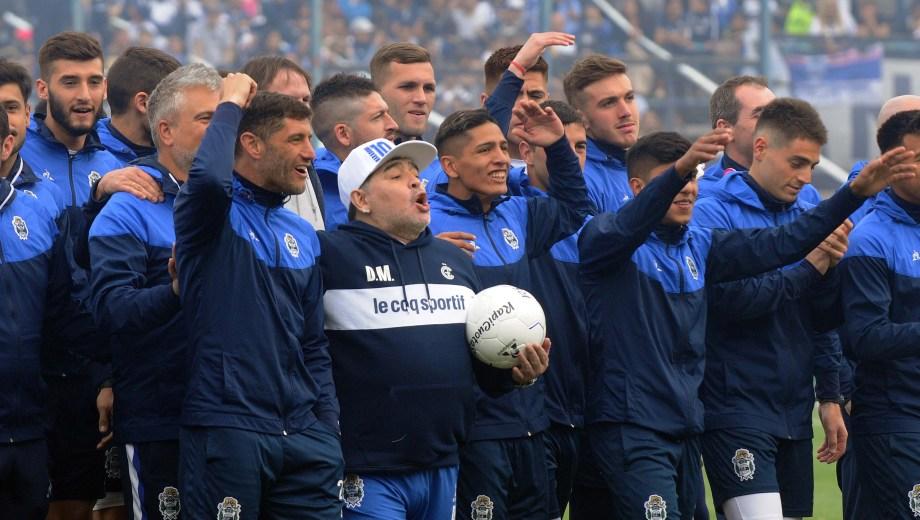 Maradona, acompañado por el capitán Licht y el resto de los jugadores, canta junto a los hinchas.