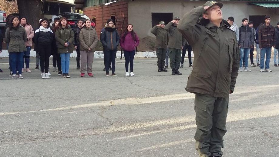 Los jóvenes del Servicio Cívico Voluntario formaron ayer para el acto oficial en Bariloche.