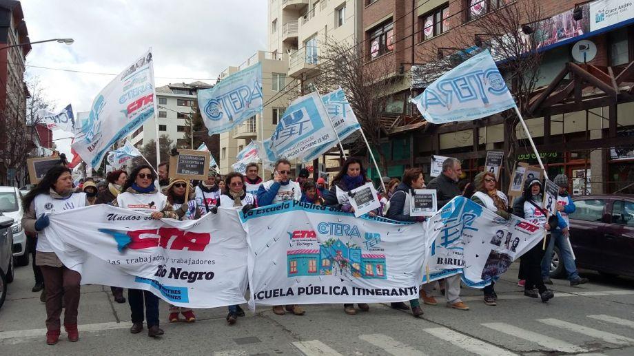 Gremios marcharon en Bariloche para reclamar por la situación de los docentes en Chubut.