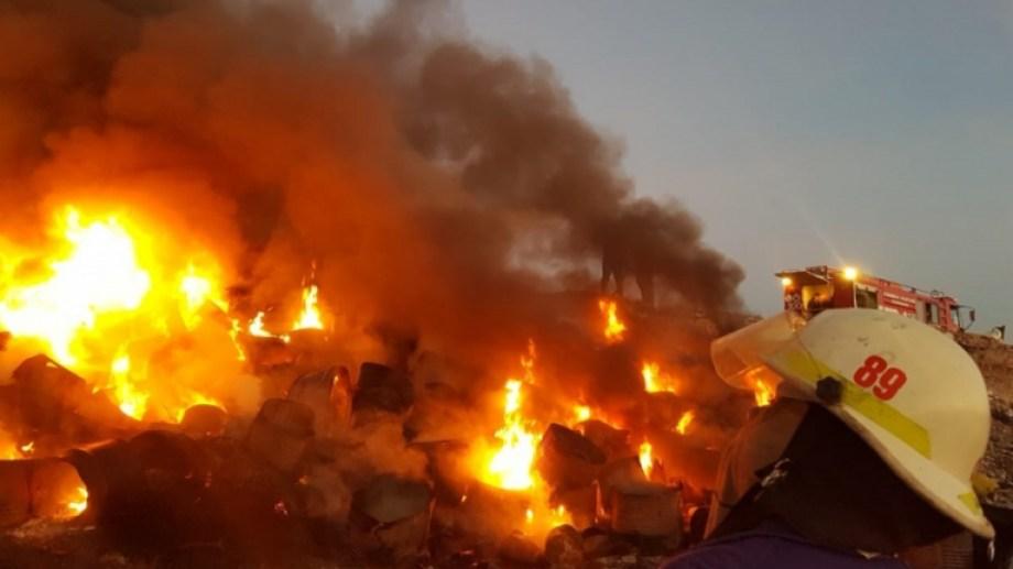 Los desechos fueron arrojados en un pozo de difícil acceso. (Foto: Gentileza Bomberos Voluntarios.-)