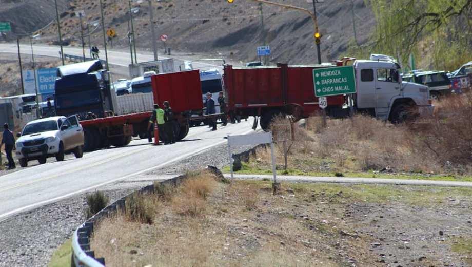 El camión atravesado que bloquea la ruta 40. Foto: Facebook @Gatuxoo