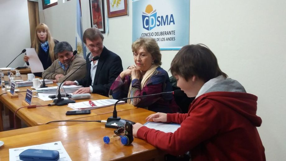Mateo expone sus propuestas ante los concejales.  Foto: Facebook @fmdellagoradio