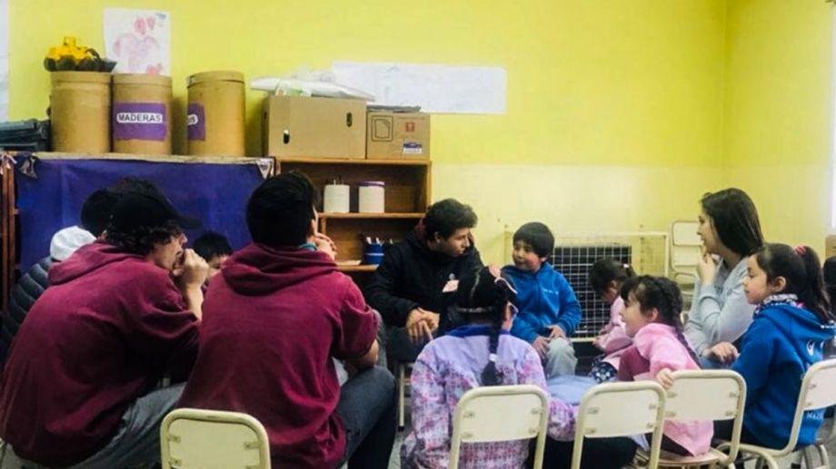 Un grupo de estudiantes de tercer año del Instituto Dante Alighieri concurre una vez por mes al jardín de infantes 3. Foto: gentileza