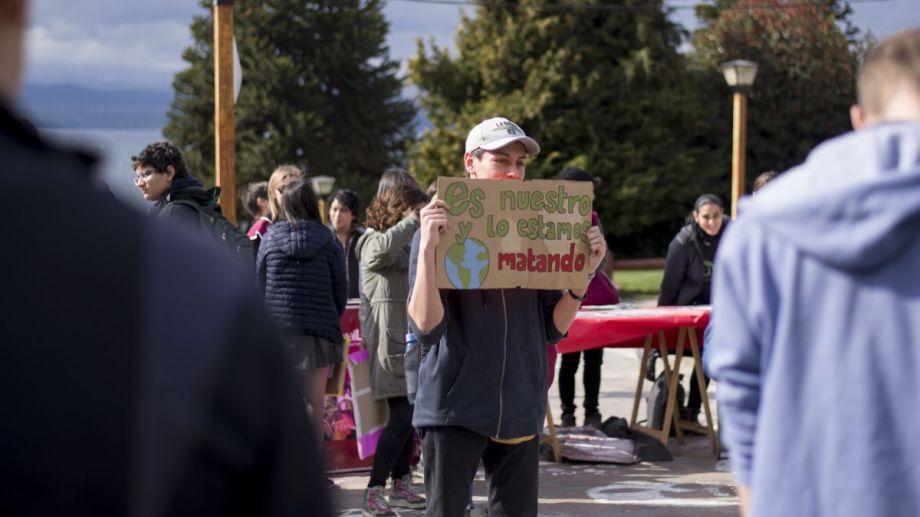 Estudiantes universitarios y secundarios respondieron a la convocatoria para levantar la voz contra el cambio climático. (Foto: Marcelo Martínez)