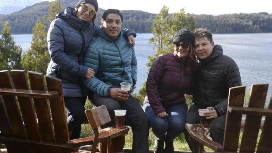 Dos parejas de Chile en el Circuito Chico de Bariloche, en las mini vacaciones por las Fiestas Patrias. Foto: Alfredo Leiva