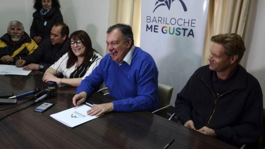 El intendnete Gennuso firmó el contrato por la red de gas en el Alto de Bariloche. Foto: Alfredo Leiva
