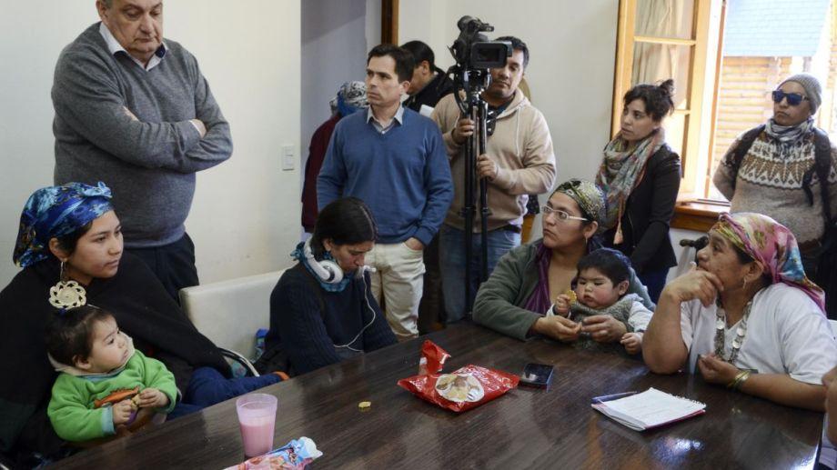 Integrantes de la lof Lafken Winkul Mapu se instalaron en el municipio de Bariloche  y exigieron a Gennuso un pronunciamiento. Foto: Alfredo Leiva