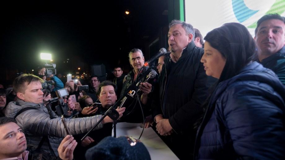El reelecto intendente Gustavo Gennuso celebró ante la militancia. Foto: Marcelo Martínez
