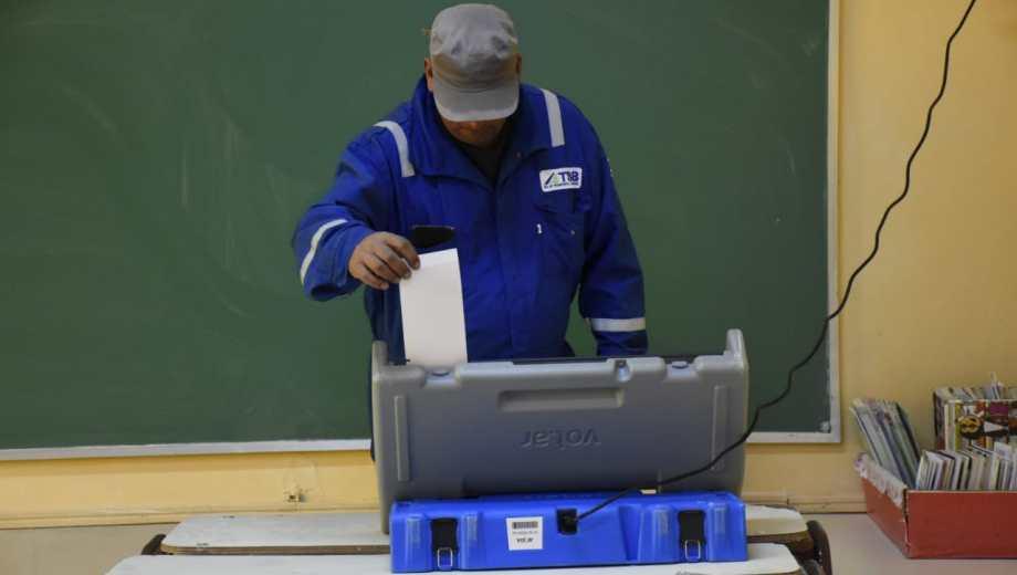 En Rincón, la ciudad petrolera, los votantes van con mameluco a las urnas. Foto: Florencia Salto