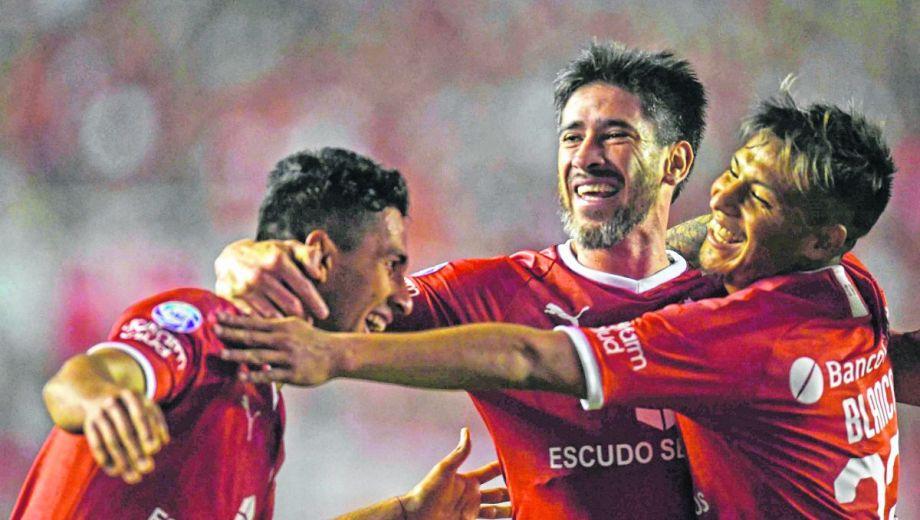Cecilio Domínguez festeja junto a Pablo Pérez, quien lo asistió para el primer gol del Rojo ante Talleres.