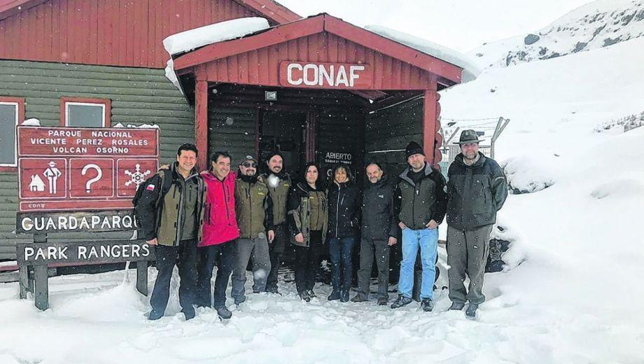Los funcionarios que viajaron a Chile en una de las instalaciones del volcán Osorno.