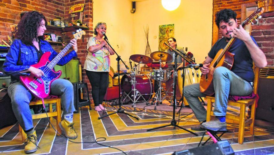 Gladys Aristimuño, junto a Laura Brión, Omra Ferreyra y Miguel Penrró dan forma al espectáculo. Foto: Gonzalo Maldonado