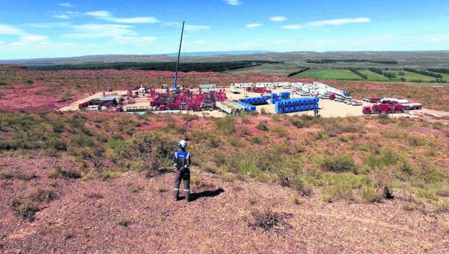 YPF tiene una posición dominante en el sector. Concentra la mayor superficie, cantidad de equipos, producción de petróleo y también la mayor inversión anual.
