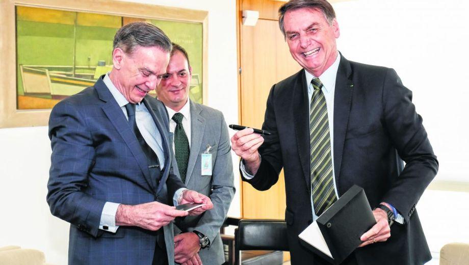 Miguel Pichetto, ayer, con el  presidente brasileño Jair Bolsonaro en el Palacio Planalto, en Brasilia.