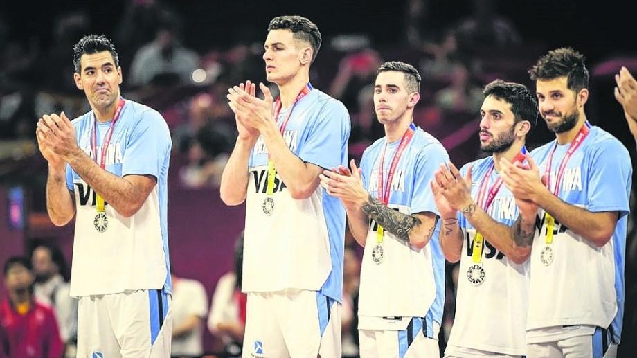 Scola, Caffaro, Vildoza, Campazzo y Laprovittola con la medalla.