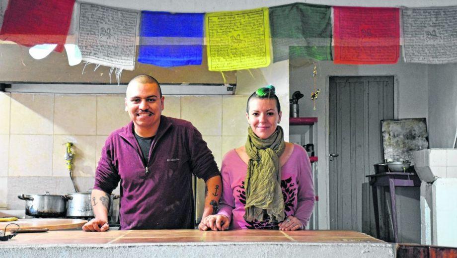 Ailen y Alexander recorren la ciudad entregando comida casera en las oficinas públicas y privadas. (FOTO: Florencia Salto)
