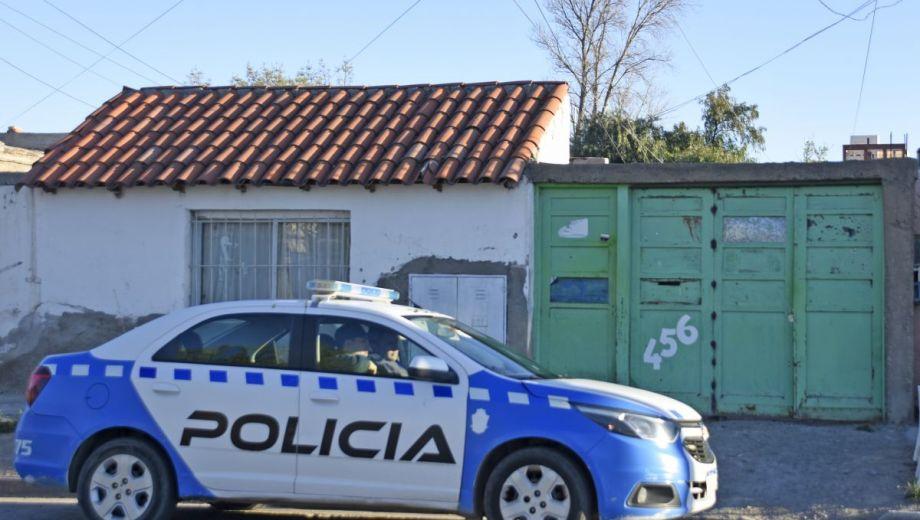 La policía mantiene una consigna en el portón del inquilinato. (Foto: Juan Thomes.-)