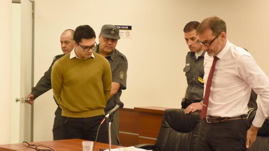 Marcos Guzmán y su abogado Gabriel Gutiérrez se sientan en el banquillo de los acusados en la primera jornada del juicio. Foto: Juan Thomes