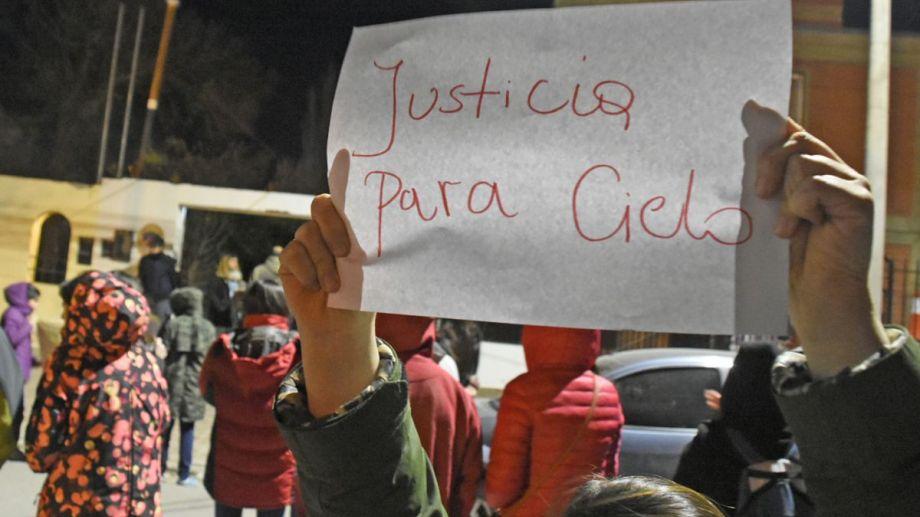 """""""Justicia para Cielo"""": el reclamo que comenzó anoche y que hoy se volverá a sentir en las calles de Plottier. (Juan Thomes).-"""