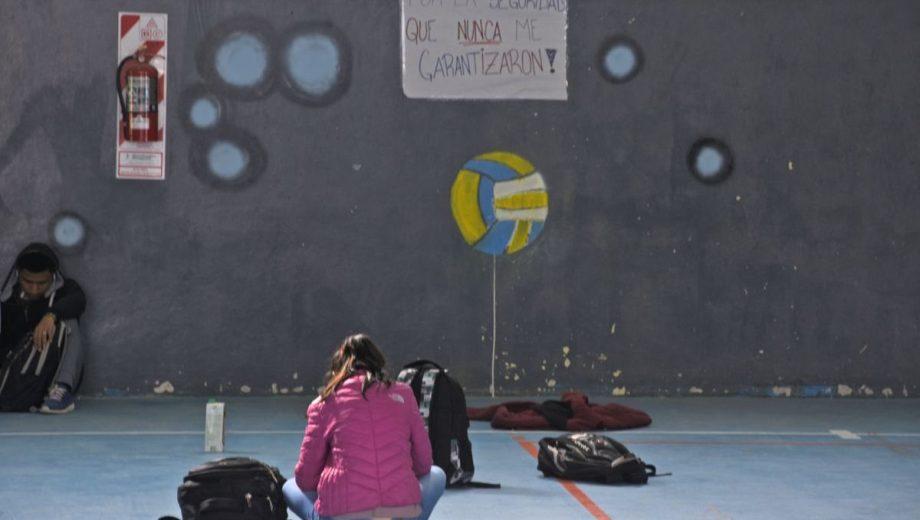 Los estudiantes del CPEM 55 también realizaron una sentada en reclamo de seguridad. (Archivo Juan Thomes).-