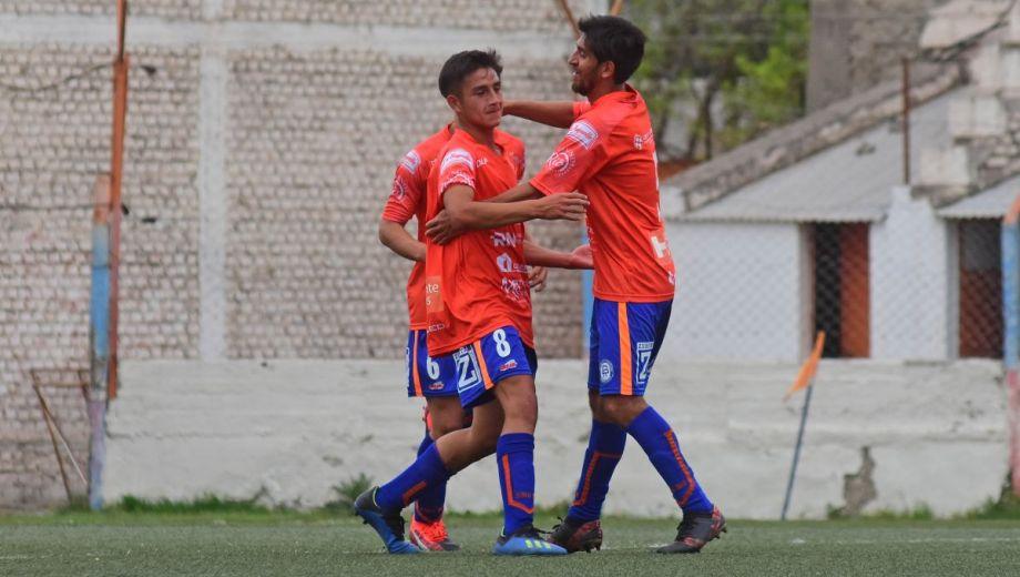 Deportivo Roca superó a Mainqué y es el único puntero de la Zona B. (foto: Andrés Maripe)