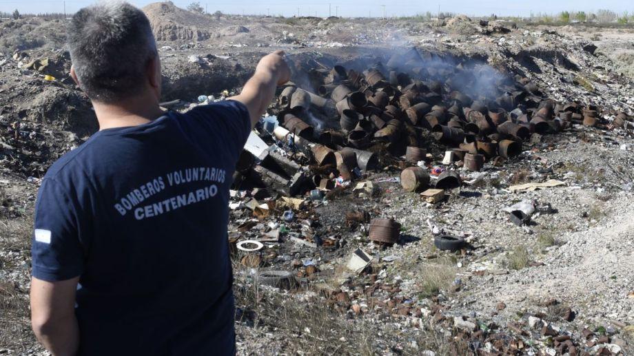 En un predio se arrojaron 150 recipientes de combustible y se quemaron. Foto Juan Thomes