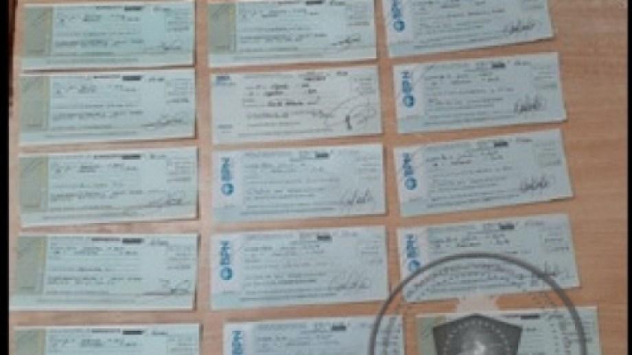 Se estima que el estafador compraba cheques robados para lograr su objetivo. (Gentileza).-