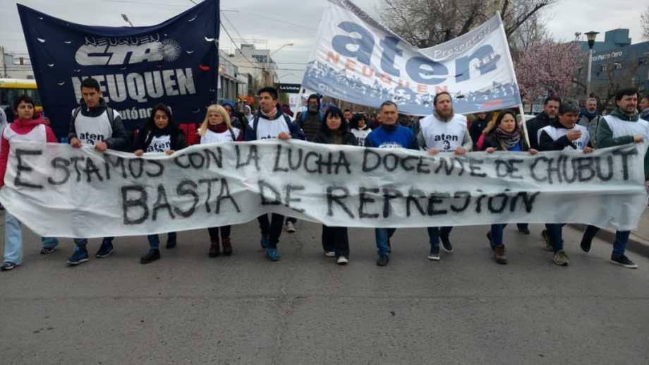 Los gremios de Neuquén se unieron en la marcha contra la represión denunciada por los docentes de Chubut. (Gentileza).-