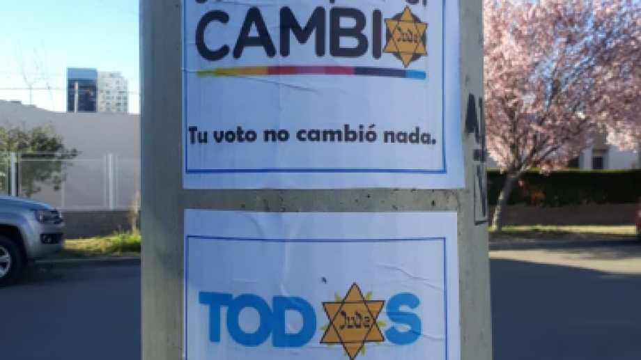 Los afiches aparecieron pegados en distintos sectores de Neuquén.